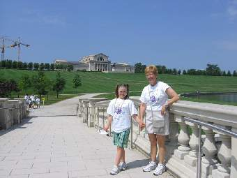 Maddie Harnar with mother Kathy posing in front of the St. Louis Art Museum